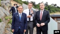日本首相菅義偉在英國康沃爾參加七國集團峰會期間與法國總統馬克龍和意大利總理德拉吉舉行非正式會談。(2021年6月11日)