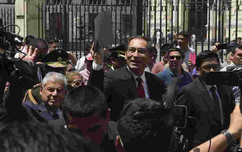مارتین ویسکارا رئیس جمهوری پرو و هوادارانش. او پیشتر به فساد متهم شده بود اما دادستان اتهامات را از او برداشت.