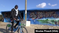"""Dans la """"jungle"""" de Calais, en France, 13 octobre 2015 (Nicolas Pinault/VOA)."""