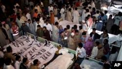 Warga Pakistan di sebuah rumah sakit untuk mengidentifikasi keluarganya yang tewas dalam serangan bom di Lahore, Pakistan, 2 November 2014.