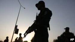 Lực lượng an ninh Afghanistan đứng canh gác sau một vụ tấn công vào Đại học Mỹ ở Kabul, Afghanistan, ngày 25 tháng 8 năm 2016.