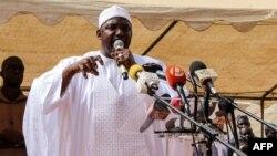 Le président gambien Adama Barrow prononce un discours lors de sa visite à Faraba Banta le 22 juin 2018.
