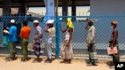 2020年4月15日羅興亞難民在孟加拉國考克斯巴扎爾的庫圖帕隆難民營排隊等候糧食援助。