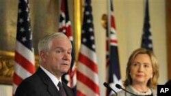 8일 호주에서 기자간담회를 가진 로버트 게이츠 미 국방장관 (왼쪽)