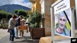 Cư dân St Martin Vésubie, miền nam nước Pháp, ký sổ phân ưu tưởng nhớ nhà leo núi người Pháp Herve Gourdel, ngày 25/9/2014.