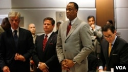 Dokter Conrad Murray (kedua dari kanan) bersama tim pengacaranya saat mendengarkan pembacaan dakwaan di pengadilan Los Angeles (foto: dok).