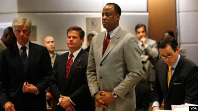 Conrad Murray (kedua dari kanan), dokter pribadi Michael Jackson, saat menghadiri sidang di pengadilan Los Angeles (foto: dok).