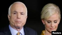 Senatè John McCain, (R-Ariz.), avèk madanm li, Cindy.
