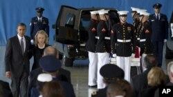 Tổng thống Obama và Ngoại trưởng Clinton tại căn cứ không quân Andrews ở Maryland, 14/9/2012
