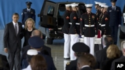 美国总统奥巴马和国务卿克林顿在遇害美国人遗体运回美国的仪式上讲话后回到他们的座位