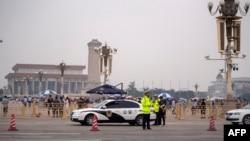 ប៉ូលិសឈរយាមនៅពីមុខទីលាន Tiananmen នៅក្នុងក្រុងប៉េកាំង កាលពីថ្ងៃទី៤ ខែមិថុនា ឆ្នាំ២០១៩។