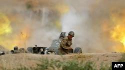Seorang prajurit Tentara Pertahanan Karabakh menembakkan artileri ke arah posisi Azeri selama pertempuran memperebutkan wilayah Nagorny Karabakh yang memisahkan diri pada 28 September 2020. (Foto oleh Handout/Kementerian Pertahanan Armenia/AFP)