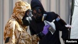 Investigator forensik Inggris dengan mengenakan pakaian khusus, melakukan penyelidikan kasus Novichok di Amesbury, Inggris, 6 Juli lalu (foto: ilustrasi).