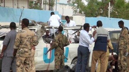 Hiện trường sau vụ đánh bom xe chở nhân viên LHQ tại Garowe, miền bắc Somalia, ngày 20/4/2015.