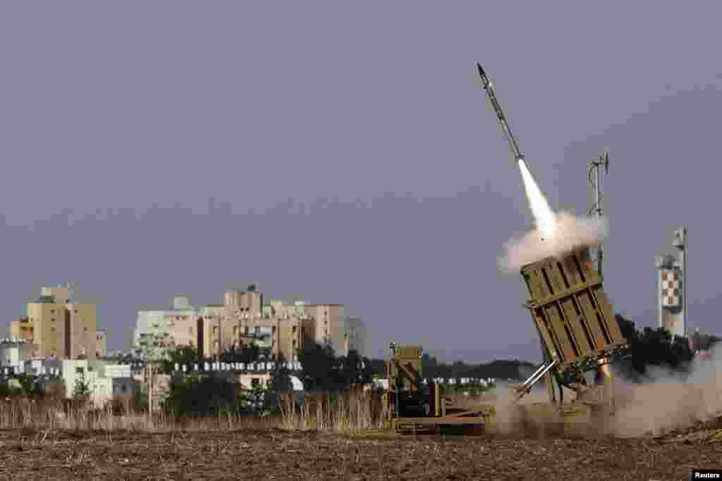 Roket diluncurkan di kota Ashdod di selatan Israel (16/11).