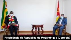 Emmerson Mnangagwa (esquerda) e Filipe Nyusi, respectivamente presidentes do Zimbabwe e Moçambique, em Chimoio, Manica