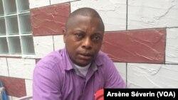 L'activiste Roch Euloge Nzobo, coordonnateur du CDHD, demande à la justice de faire son travail, au Congo, le 31 juillet 2018. (VOA/Arsène Séverin)