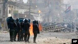 Cảnh sát Campuchia chuẩn bị đối phó với công nhân biểu tình trong khu Stung Meanchey, ngoại ô Phnom Penh, Campuchia, 2/1/13