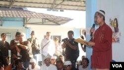Ikmil Almial membacakan deklarasi perdamaian warga Sampang dan jemaah Syiah Sampang di rumah susun Puspa Agro, Sidoarjo, Jawa Timur, 23 September 2013. (VOA/Petrus Riski)