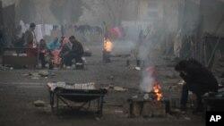叙利亚难民在保加利亚一处难民营内的露天空地烤火取暖,他们的栖身帐篷没有供暖设施。(2013年11月23日资料照)
