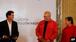 De izquierda a derecha: Frank Pearl, jefe del equipo negociador de paz del gobierno colombiano, Antonio García jefe negociador del Ejército de Liberación Nacional (ELN) y Pablo Beltrán, líder rebelde del ELN. Caracas, Marzo 30, 2016.