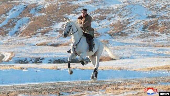 朝鲜官方公布领导人金正恩登上最高山峰照片