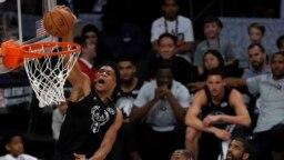 Giannis Antetokounmpo des Milwaukee Bucks dunks lors d'un match contre les Golden State Warriors, USA le 8 février 2018.