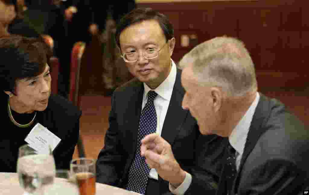 2009年3月12日,中国外长杨洁篪在美国战略与国际研究中心演讲前和美国知名鹰派战略理论家、美国最有影响力的外交政策智囊之一兹比格涅夫·布热津斯基(Zbigniew Brzezinski)、美国前贸易代表希尔斯共进午餐