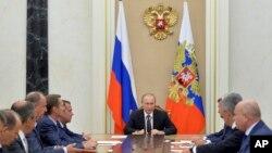 블라디미르 푸틴(가운데) 러시아 대통령이 지난 11일 모스크바 크렘린궁에서 크림반도 관련 전략회의를 주재하고 있다. (자료사진)