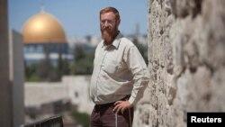 유대인 성지 회복 운동을 벌이던 이스라엘 활동가 예후다 글릭 씨가 교와 이슬람교의 공통 성지인 '성전산'을 배경으로 서 있다. (자료사진)