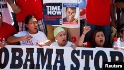 Manifestantes proinmigrantes cantan en las afueras de la Casa Blanca.La decepción con el presidente Obama y los demócratas puede ser grande.