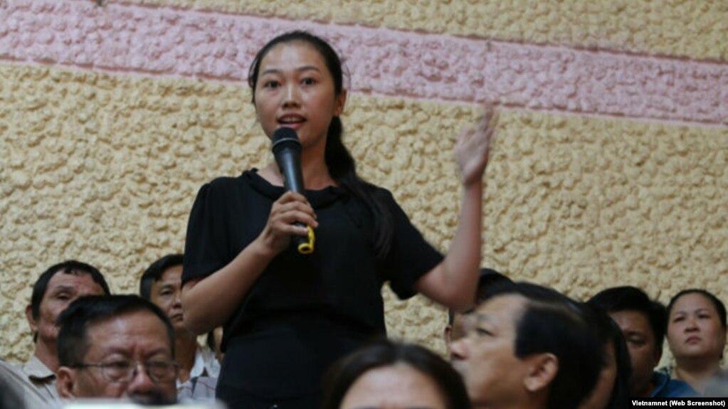 Nguyễn Thị Thùy Dương phát biểu trong buổi tiếp xúc cử tri Q.2 ngày 22/11/2018.