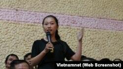 Nguyễn Thị Thùy Dương phát biểu trong buổi tiếp xúc cử tri Q2 ngày 22/11/2018.