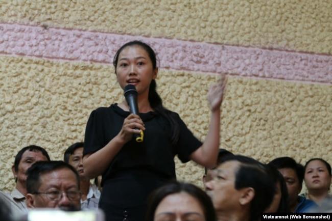 Nguyễn Thị Thùy Dương phát biểu trong buổi tiếp xúc cử tri Q2 ngày 22/11/2018