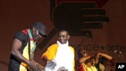 Senegalese pop star Youssou Ndour (C) performs at the Leopold Sedar Senghor stadium in Dakar late, 12 May 2010