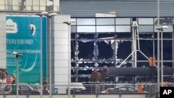 布魯塞爾國際機場被恐襲炸彈震碎的玻璃窗。