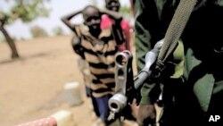 一名蘇丹軍隊在衝突地區戒備。