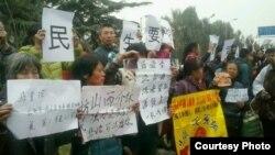 11月9日,来自中国各地的访民和维权人士来到监察部门外,表达诉求,递交《公民建议书》。已有数百人被警方带走。(维权网)