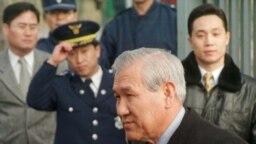 Mantan presiden Korea Selatan Roh Tae-woo (kedua dari kanan) keluar dari limosin yang ia tumpangi untuk berbicara kepada awak media di depan gerbang Rumah Tahanan Seoul di Seoul, pada 22 Desember 1997 setelah menjalani masa hukuman akibat kasus korupsi. (Foto: Reuters/Stringer)