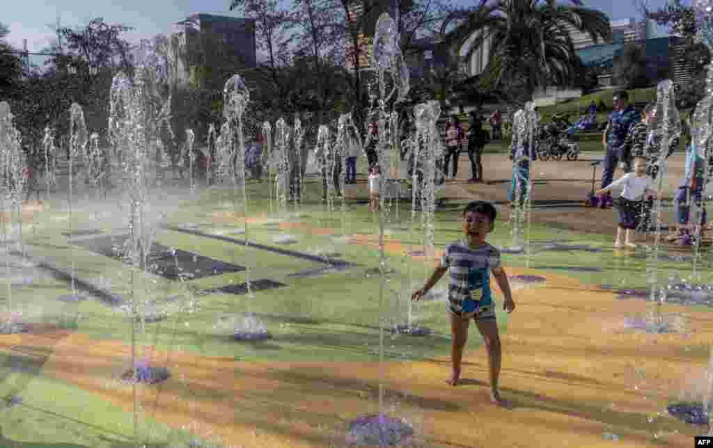 موج شدید گرما در شیلی و آب بازی بچه ها برای رهایی از گرما