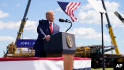 Президент США Дональд Трамп выступает перед своими сторонниками-избирателями в региональном аэропорту в Манкато в штате Миннесота. 17 августа 2020 г.