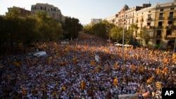 Manifestantes ondean banderas símbolo de la independencia de Cataluña, durante una manifestación a favor de la Independencia de España, en Barcelona, el domingo, 11 de septiembre de 2016.