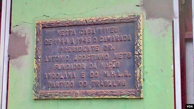 Placa na casa habitada por Agostinho Neto, entre 1944 e 1945, em Malanje (VOA / Isaías Soares)