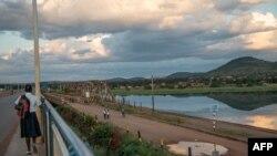 Une écolière traverse un nouveau pont construit par les Chinois sur le fleuve Congo, le 20 avril 2018.
