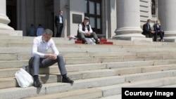 Arhiva - Poslanici Skupštine Srbije štrajkuju glađu na ulazu u Dom Narodne skupštine Republike Srbije, u Beogradu, 10. maja 2020.
