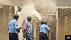 케냐 뭄바사에어 4일 이슬람 성직자 피살 사건에 항의하는 시위가 벌어진 가운데, 무장한 진압 경찰이 시위대를 해산하기 위해 최루탄을 쏘고 있다.