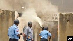 Cảnh sát bắn lựu đạn cay và rượt đuổi những thanh niên Hồi giáo trong lúc những kẻ gây rối nổi lửa đốt vỏ xe và một nhà thờ ở Mombasa, Kenya (4/10/2013).