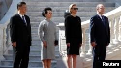 摩纳哥王子阿尔贝二世和夫人夏琳公主2019年3月24日欢迎到访的中国国家主席习近平和夫人彭丽媛。