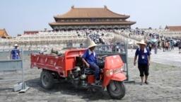 北京紫禁城大規模裝修,工人把舊磚運走(2018年7月31日)。