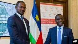 Le ministre centrafricain des Affaires étrangères Charles Armel Doubane, à droite, et Armel Mingatoloum Sayo, à la tête d'une organisation militaire, lors de l'accord au siège de Sant'Egidio à Rome, le 19 juin 2017.
